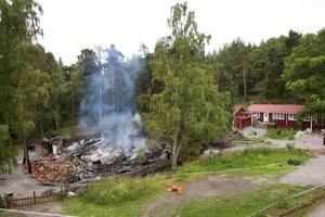 Allt borta. Vikingabyn och tusentals vikingaföremål förstördes i branden. Nu vill familjen återuppbygga sin dröm.