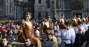 Kortegen Corteo delle Marie pågår under karnevalens öppningsdag.