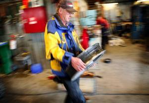 """Lennart Bergmarkbär på ett tungt linhjul. Slutmålet är att ha bytt gummi på ett 30-tal hjul och få till en driftsäker lift. Men han åker inte skidor själv.""""Nej, det är ju farligt"""", säger han och skrattar."""