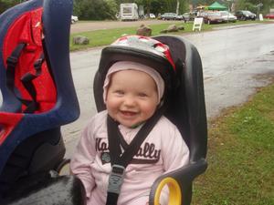Ellie 9 månader fick åka cykel för första gången. Hon satt och hoppade av lycka trots regnet.