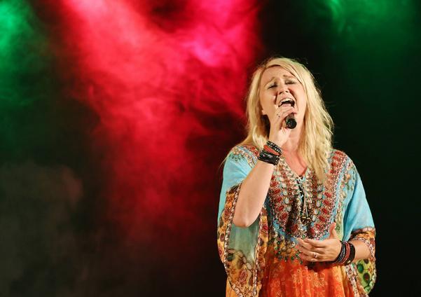 Caroline Jönsson och gruppen Storschlaget bjöd på underhållning från stora scen