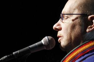 Jojkaren Wimme Saari som tillsammans med saxofonisten och basklarinettisten Tapani Rinne inleder Mörkertid med konsert på fredag.