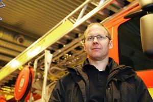 En deltidsbrandman får inte vara rädd för höjder. Platschef Roger Ohlsson vill gärna se fler Härjedalingar i räddningskåren.