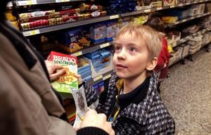–Kan vi köpa en sån också mamma?Gabriel Hermansson fastnar för Brago bokstavskex. Ännu en produkt som tydligt vänder sig till barn. Men en produkt som får tummen upp av Konsumentföreningen Stockholm i deras årliga undersökning av barnprodukter. Högt fiberinnehåll och relativt låg sockerhalt.