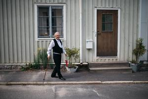 Senapskungen Johnny Andersson redo att spela hotelldirektör.