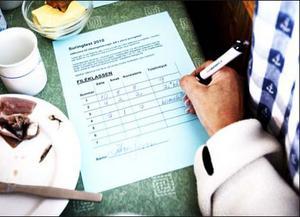 förde anteckningar. Årets stora surströmmingstest samlade en testpanel med surströmmingsälskare från hela Hälsingland.  Testet av sju sorters filéer och nio hela surströmmingar genomförs som ett blindtest.
