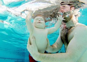Tilde Forslund är elva månader och efter en termin på babysim har hon inga problem att dyka ner under ytan, här med hjälp av pappa Peter Forslund.