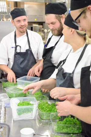 Fixar grönt till maten. Daniel Agrell, Sebastian Brynte, Ann-Loiuse Dahl och Jakob Kelly vid en av stationerna i köket.
