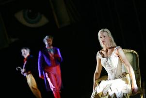 Malena som Askungen i uppsättningen av Rossinis opera La Cenerentola (Cinderella) på Operan i Frankfurt. Här mot Daniel Behle som Don Ramiro eller prinsen. Bilden är tagen på genrep den 18 mars 2009. Premiären var igår, lördag.