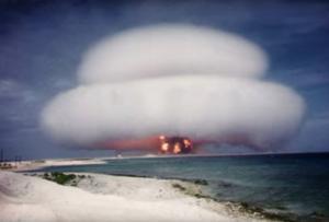Bilden visar en amerikansk kärnvapentest på 1950-talet.