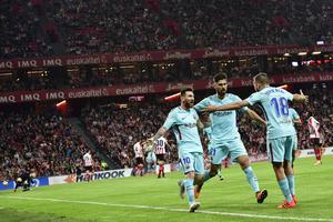 Lionel Messi firar målet med Andres Gomes och Jordi Alba på San Mamés under lördagen.