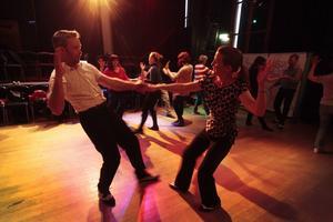 Micke Aronsgård och Christina Green från föreningen Lindy Hop Östersund visar danssteg.