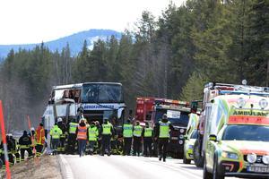 Räddningstjänst polis och ambulans på platsen där tre personer dog i en allvarlig bussolycka på E45 mellan Sveg och Fågelsjö i Härjedalen på söndagsmorgonen. En stor mängd skolungdomar ska ha funnits ombord och flera uppges vara skadade.