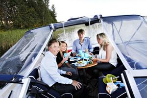 – It's simple but it's nice. Så beskriver Elise Sibbald från Australien festligheterna på Ön. Här syns hon tillsammans med Christian Nyberg (t.v), Krister Jonsson (mitten) och Lena-Marie Nyberg (t.h.)