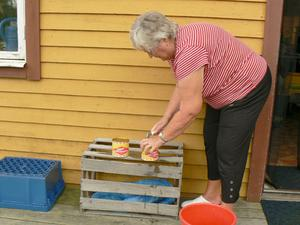 Maud Svensson öppnar surströmmingsburk.Bild: Ervin Rotter