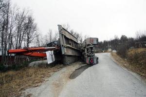 Lastbilen välte på i närheten av Bruksvallarna. Foto: Lars Nelson