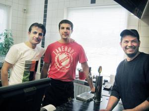 Två av ägarna Robin Sherdan och Erkan Gumus och på andra sidan disken kunden Stefan Prisecaru.