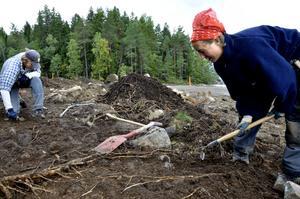 Detektivarbete. Arkeologerna Johnny Rönngren och Nina Balknäs gräver fram grunden till en ekonomibyggnad som enligt kartan ska ligga öster om vägen som går genom utgrävningsområdet.