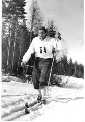 Stildstudie. Mora-Nisse forsar fram i Vasaloppsspåret 1950. Foto:Okänd