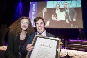 Här får Jakob Fichtelius, 28 år och från Sandviken, Sällsynta priset av Lina Wadenheim. Hon fick själv utmärkelsen förra gången den delades ut – 2012.