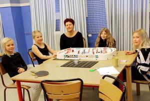Gillar läget. Ellen Olsson, Elin Lindblom, Marie Forsgren, Signe Sjöberg och Maja Carlsén i en hockeymatch på fritidsklubben Zebran.Fritidsgård och fritidsklubb. Hittills har Zebran varit huset där både fritidsklubb och fritidsgård funnits.Kollar på film tillsammans. Ture Olsson, Viktor Forsmark, Gabriel Berg, Marie Forsgren, Gustav Åkerman och Fedor Semyonov har en skön filmstund i Zebrans soffa.