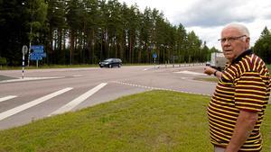 Sven-Gunnar Wallin pekar på påkörsrampen åt höger. Kanske skulle det behövas en åt vänster också eftersom det är tät trafik och hög hastighet förbi korsningen.
