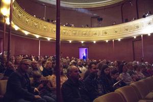 Teatern var fullsatt och ytterligare fyra föreställningar har redan sålt slut.