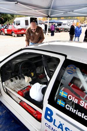 Efter tjugo års uppehåll fick Ola Strömberg ett återfall och började köra rally igen för två år sedan. Han började tävla för Nora MK 1969.