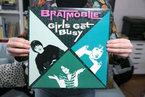 Girls get busy med Bratmobile.