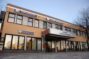 OVISS FRAMTID. Trots det lagda varslet från landstinget ser Annika Gudmundsson positivt på framtiden för Tierps vårdcentral.Foto: Andreas  Andersson