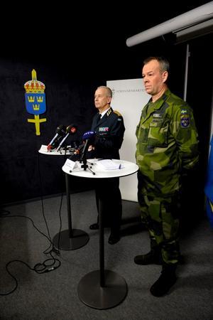 ÖB Sverker Göranson och arméinspektör Berndt Grundevik höll presskonferens 18.15 med anledning av att två svenska officerare dödats i Afghanistan.