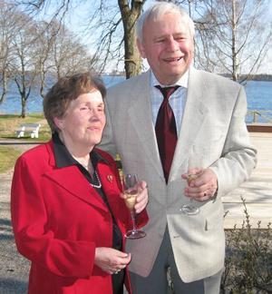 DiamantbröllopAnna-Lisa och Bertil Hübinette, Gävle, firade i går diamantbröllop. De vigdes den 23 juli 1949 i Älvkarleby kyrka. Dagen firades tillsammans med barn och barnbarn med familjer.