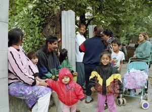 Ett 50-tal romer protesterar 1999 mot uppförandet av en mur i staden Ústí nad Labem, norr om Prag. En romsk talesperson menar att muren är ett bevis på Tjeckiens förtryck mot sin romska befolkning. Arkivbild.