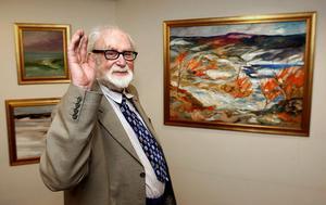 Curt Agge visar ett 25-tal målningar i både större och något mindre format. Till höger