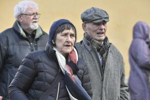 Gunilla Nyroos och Lennart Hjulström anländer till Gösta Ekmans begravning i Katarina kyrka.