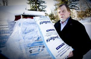 Svante Svensson i Kårböle har försökt läsa sig till vilka sotningsfrister som egentligen gäller när man eldar med träpellets, men den dåliga informationen har lett till en tvist med sotaren.