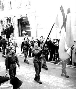 En grupp ur hjemmefronten marscherar in i Hamar sedan de tyska trupperna kapitulerat i maj 1945.