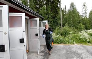 Gerritdina Bouwhuis är i full färd med att städa rastplatsens toaletter. Hon är glad över att Gimåns rastplats utsetts till länets bästa.