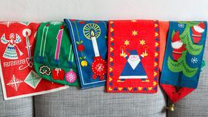 Några av Stina Johanssons juldukar. Tryckta dukar och bonader i starka färger var vanliga under 1950- och 1960-talen. Vissa av dem kostar i dag en slant på auktionssajter.