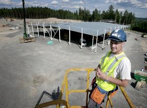 Nöjd byggare. Magnus Ottosson från Mellbystrand trivs med livet som kringresande byggjobbare. För en månad sedan började Skanska-folket med det som ska bli Coop Extra och redan är taket och stommen på plats.
