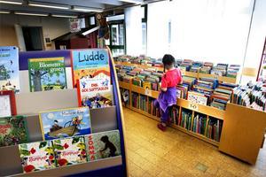 På barnavdelningen kan man sjunka ner i ett mjukt kuddhörn, mysa, läsa och få boktips av den kunniga personalen.
