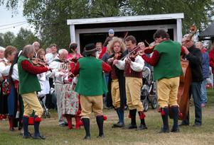 Spelmän. Nås spelmanslag bjöd på vackra toner när midsommaren firades på festplatsen i Nås.