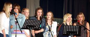 elevkör. Elever från Hagaskolan framförde flera fina låtar under avslutningen i Hagaskolans aula.