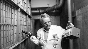 Sjukhusfysiker Börje Sjöholm mäter den radioaktiva strålningen i filtren i ett av centrallasarettets luftintag.