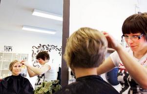 Annika Sundin är en av invånarna i Brunflo som väljer att klippa sig på hemmaplan.