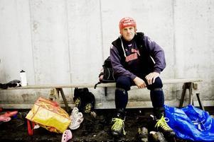 """ISTEST. Yngve Lind från Valbo var en av många som tog chansen att testa isen i Göransson Arena vid gårdagens premiär.  """"Jag måste ju prova på innan jag blir för gammal"""", skrattade 71-åringen."""