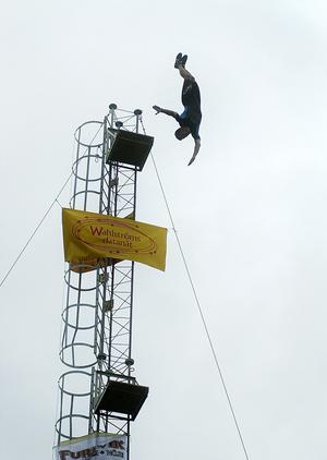 Utöver artister, sambakarneval och tivoli fanns även flera andra sätt att bli underhållen på. Valbo High Diving Team var en återkommande attraktion. Detta är 2001.