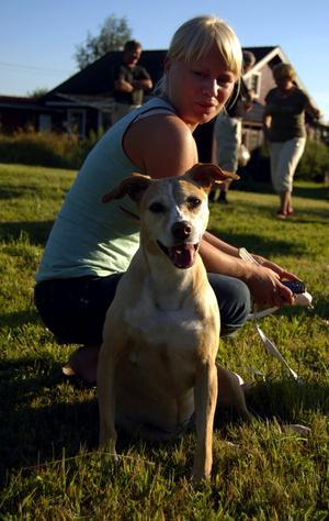 Livskamrat. Hunden Tova hittades under klubbhuset på en golfbana. Sedan fyra år bor hon i Älvdalen med sin matte Lina Eriksson. Foto:Jeanette Lundbeck