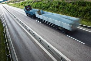 Claes Tingvall konstaterar att antalet omkomna och svårt skadade minskat kraftig i och med satsningen på 2+1-vägar med mitträcken.