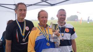 Segraren Magnus Falk, FGCC, flankeras av tvåan Anders Carlsson, Linköpings FK och trean Michael Alpfors, Skånes FK.